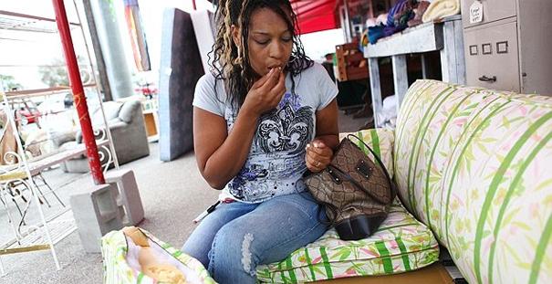 mulher-comer-sofa